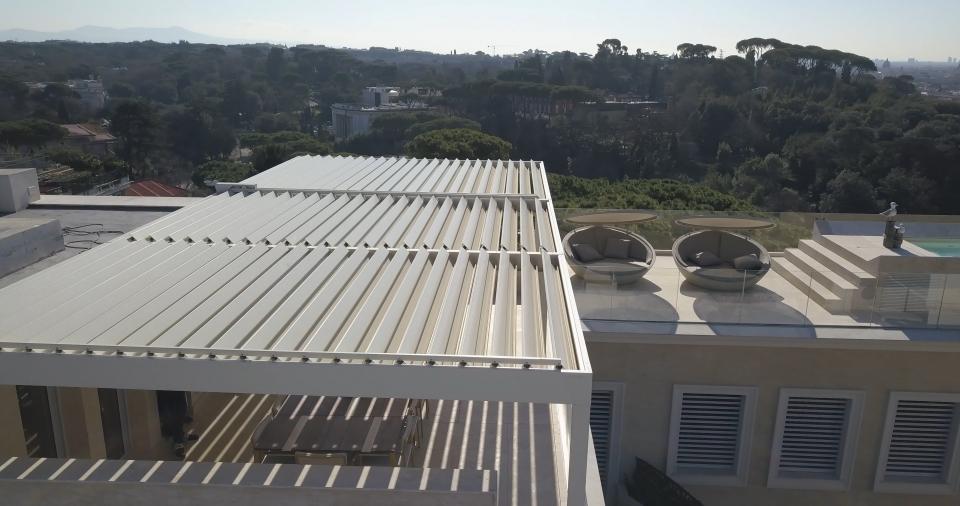 pergola bioclimatica Corradi su attico romano