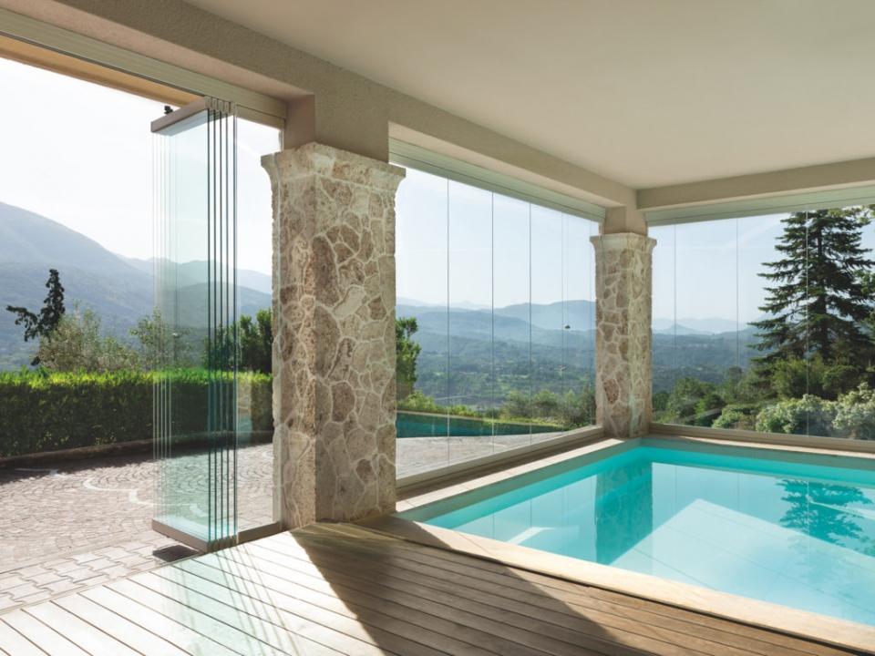 vetrata a pacchetto con piscina
