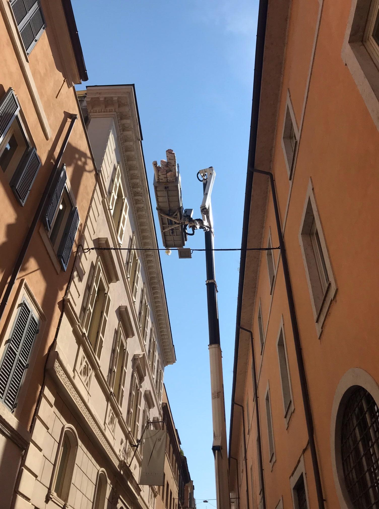 Trasporto pergotenda sull'attico di un edificio centro storico Roma