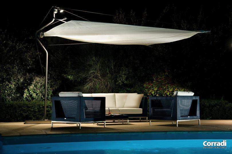 vela parasole di notte con illuminazione dal basso